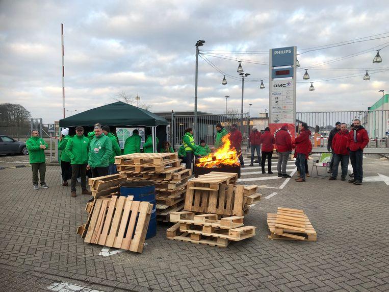 Het stakerspiket aan de ingang van Signify in Turnhout