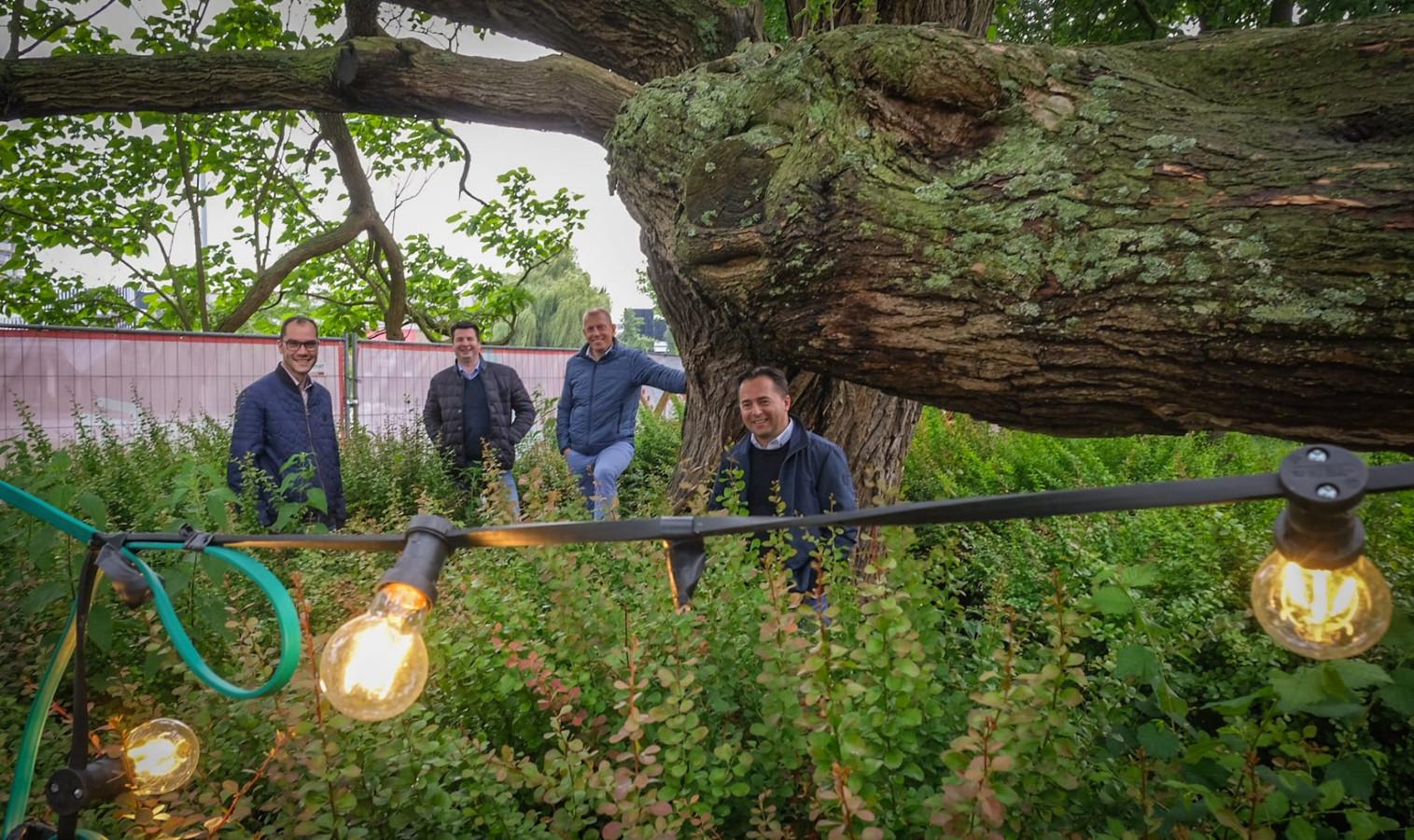 Precongé palmt dit weekend Waregem in. Op de foto: Pieter Vandewiele en Frédéric Clais van de Lions Club en schepenen Iacopucci en Neirynck.