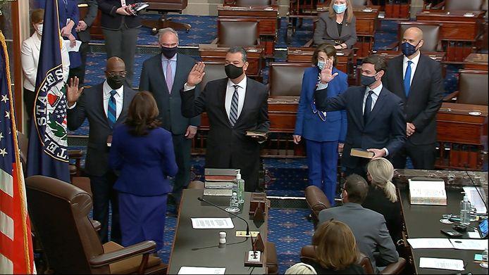 De nieuwe voorzitter van de Senaat, vicepresident Kamala Harris, zweert de nieuwe Democratische senatoren in.