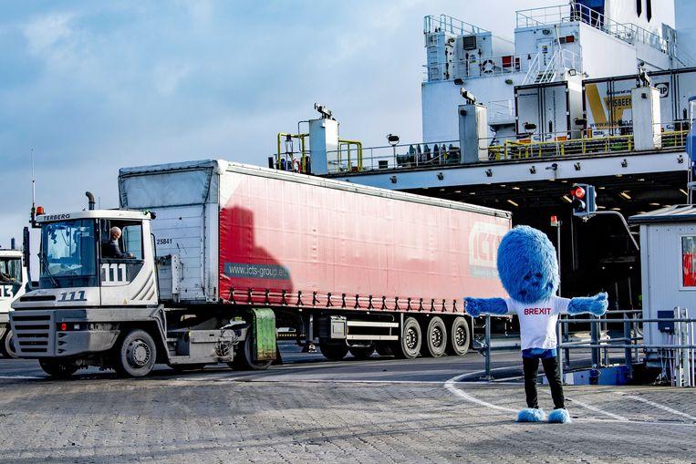 Bij de haven van Rotterdam deelt het 'brexitbeest' flyers uit om vrachtwagenchauffeurs te informeren over de aanstaande formaliteiten aan de grens.  Beeld ANP