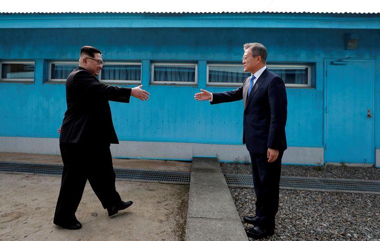 In 2018 schudden de Noord-Koreaanse leider Kim Jong-un en de Zuid-Koreaanse president Moon Jae-in elkaar nog de hand in de gedemilitariseerde zone tussen beide landen. Beeld REUTERS