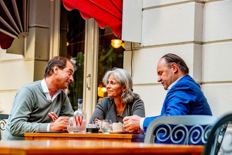 Henk Otten (rechts) met medestanders Jeroen de Vries en Dorien Rookmaker tijdens de oprichtingsvergadering van hun nieuwe beweging op een terras in Zwolle maandagmiddag. Beeld ROBIN UTRECHT