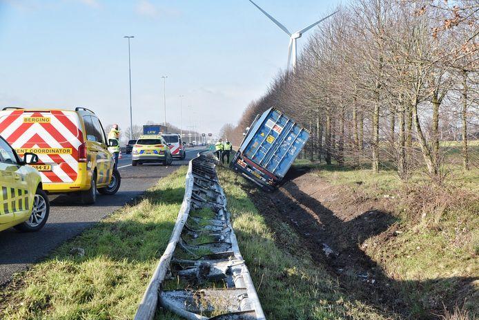 Vrachtwagen in sloot A58 Moergestel.