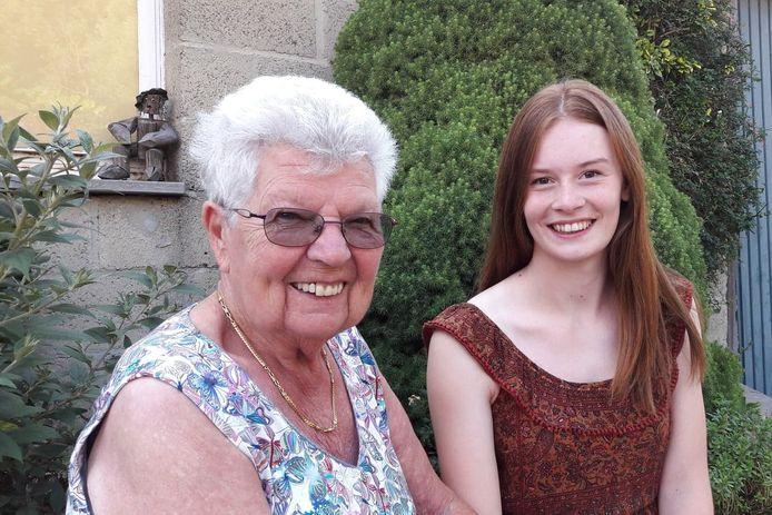 Anna Van Impe en Britt De Jonge, de oudste en jongste kandidate van N-VA Denderleeuw tijdens de vorige verkiezingen. Het verschil tussen beide kandidates bedroeg bijna 76 jaar.