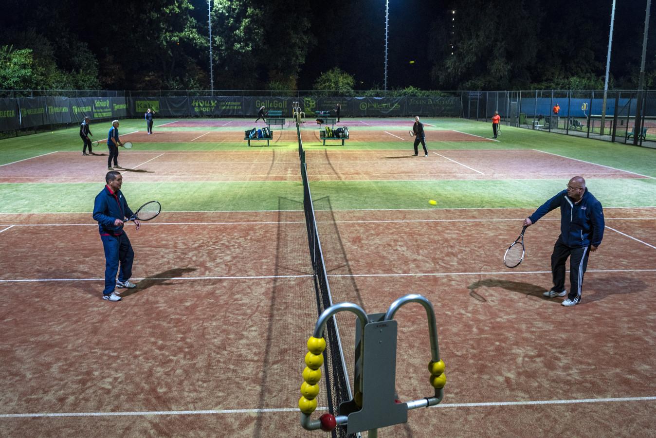 Bij Tennisclub Welgelegen in Warnsveld wordt vooral in de avonduren volop getennist.