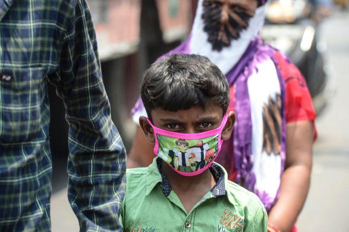 Een Indiase jongen met een mondmasker.