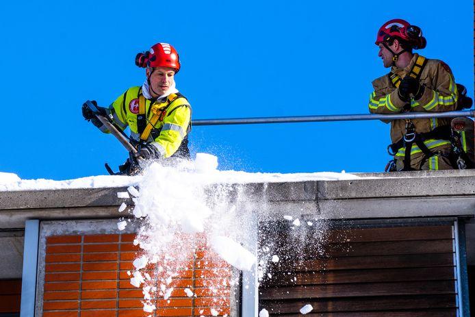 De Eindhovense brandweer moet sneeuw en ijs van een dak verwijderen vanwege een zeer gevaarlijke situatie.
