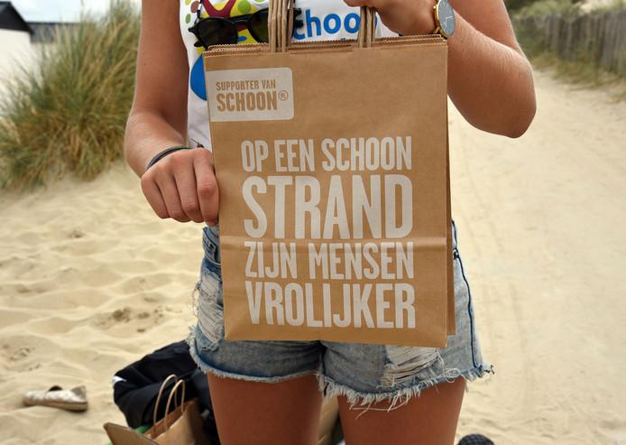 Schoon Zeeland, onder meer bekend van de Schone Jongens en Meiden die de stranden opruimen, leent ook materiaal uit om zwerfafval op te ruimen.