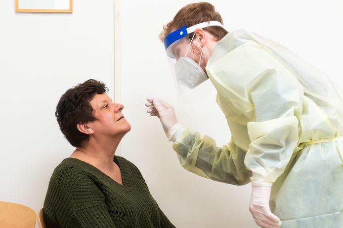Saskia de Nijs, docente op basisschool De Toermalijn in Bavel, wordt preventief getest.