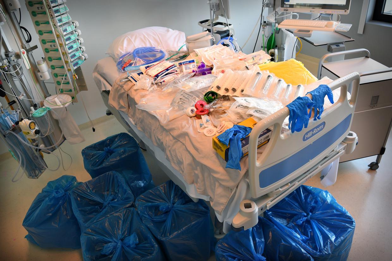 Bij een ic-bed in het Erasmus MC ligt het materiaal dat voor één patient dagelijks wordt verbruikt.  Beeld Marcel van den Bergh / de Volkskrant
