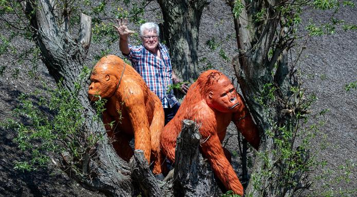 Johan de Wit tussen de twee opvallende oranje gorilla's: een voor Bodegraven en een voor Reeuwijk. ,,Soms moet je mensen wakker schudden.''