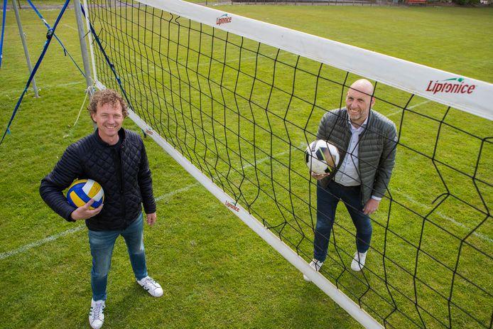 Raymond Kolkman (links) en Han Reinders op één van de vier tijdelijke volleybalvelden die op het speelveld van voetbalvereniging Rohda ingericht zijn.