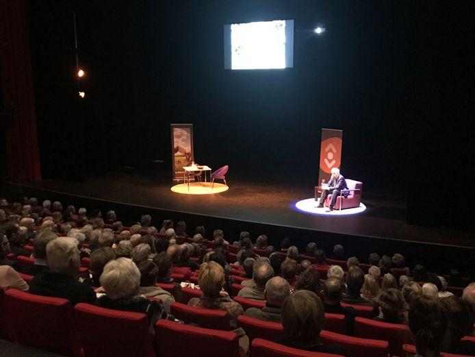 Er was veel belangsteling voor de lezing van Jan Terlouw. Bibliotheek Meierijstad week uit naar de grote theaterzaal van de Blauwe Kei.