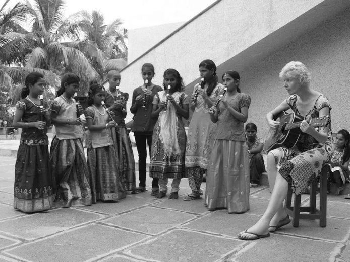 Monique Udo aan het werk met kinderen in India.