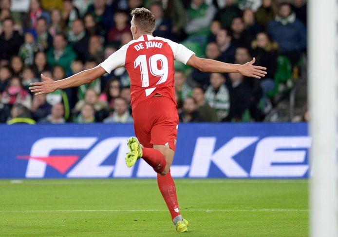 Luuk de Jong juicht nadat hij Sevilla op 1-2 heeft gezet.
