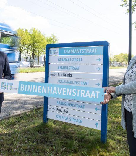 Frisblauwe bewegwijzering op Hengelose bedrijvenpark Twentekanaal
