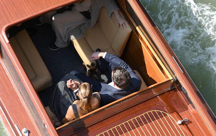 Ben en Jennifer zaten hand in hand in de watertaxi.
