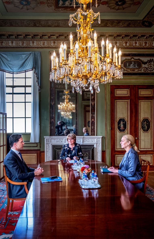VVD-leider Mark Rutte en D66-leider Sigrid Kaag vandaag op bezoek bij informateur Marriëtte Hamer.  Beeld Raymond Rutting / de Volkskrant