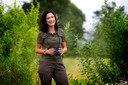 """Boswachter Natascha Hokke van Natuurmonumenten: ,,Als je de natuur de ruimte geeft, zie je de grutto gewoon zijn plekje claimen."""""""