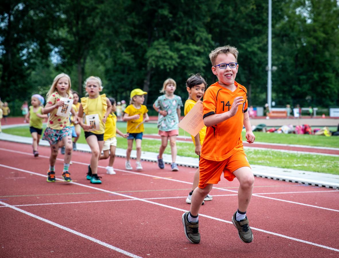 Jenaplanschool de Driestam uit Woensel hield dinsdag op sportpark De Hondsheuvels een sponsorloop om geld in te zamelen voor de Plastic Soup Foundation.