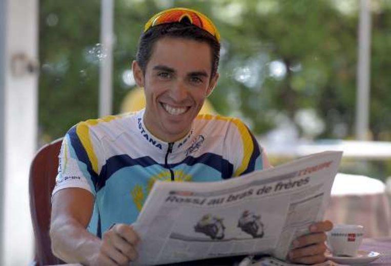 Contador leest tijdens een ontspannen moment 'L'Equipe'. Beeld UNKNOWN