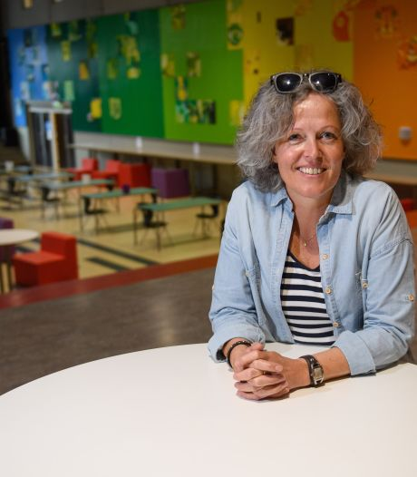 Monique werkt als 'coming out coach' op het Montessori in Hengelo: 'Alle scholen zouden dit moeten hebben'