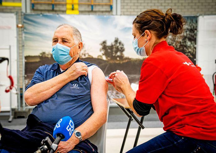 Anton den Hollander (86) was vrijdag de eerste die in de Spijkenisser sporthal Den Oert een vaccinatie kreeg.
