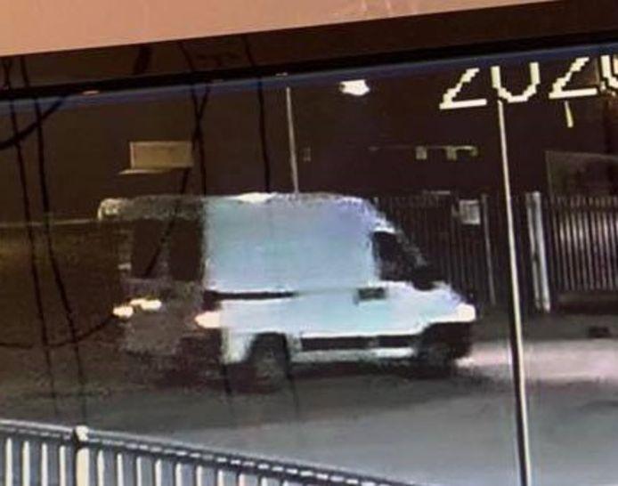 Op camerabeelden van de Deventer Recyclingmaatschappij is een witte bestelbus gezien die bij de inbraak is gebruikt.