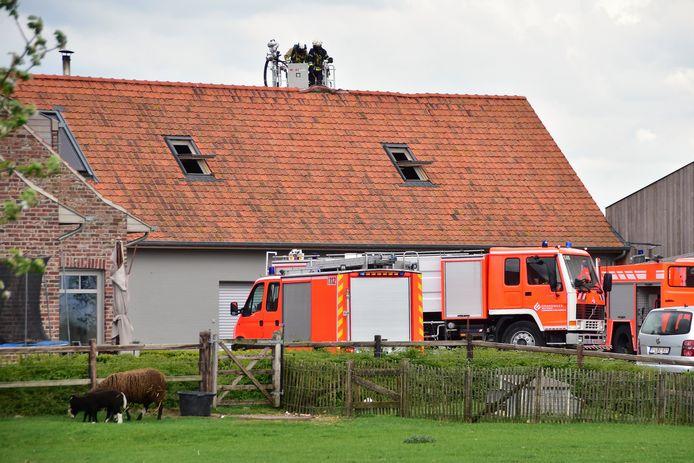 De brandweer was geruime tijd in de weer om elk risico op heropflakkering uit te sluiten.