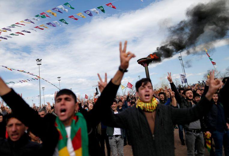 PKK-sympathisanten tijdens een mars ter gelegenheid van het Koerdische nieuwjaar in Diyarbakir, in maart 2016. Beeld epa