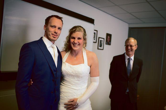 Een bruidspaar vraagt Gods zegen. Op de achtergrond de vader van de bruid.