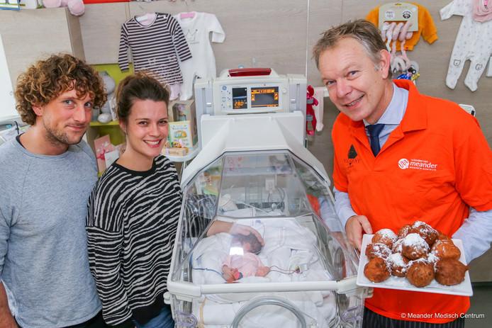 Mark Röell, burgemeester van Baarn en voorzitter van de Vrienden van Meander, bezoekt de afdeling Neonatologie en ontmoet de ouders van couveusebaby Coco.