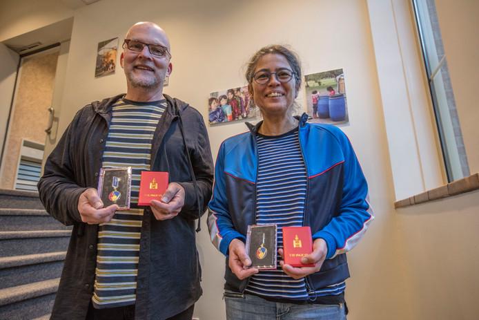Fritz Hörter en Stanny Roodselaar met hun Mongoolse onderscheidingen.