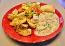 Eén van de hoofdgerechten van het takeaway-diner bij De Volksbond in Zonnebeke: vol-au-vent van vis met groenten en Volksbond-patatjes.