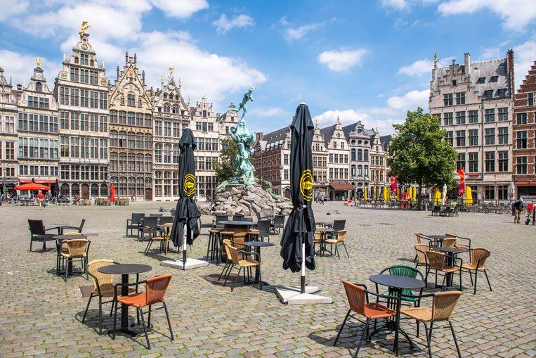 De haast verlaten Grote Markt van Antwerpen biedt een mistroostige aanblik. Beeld Boaz Timmermans/Fos Fotografie