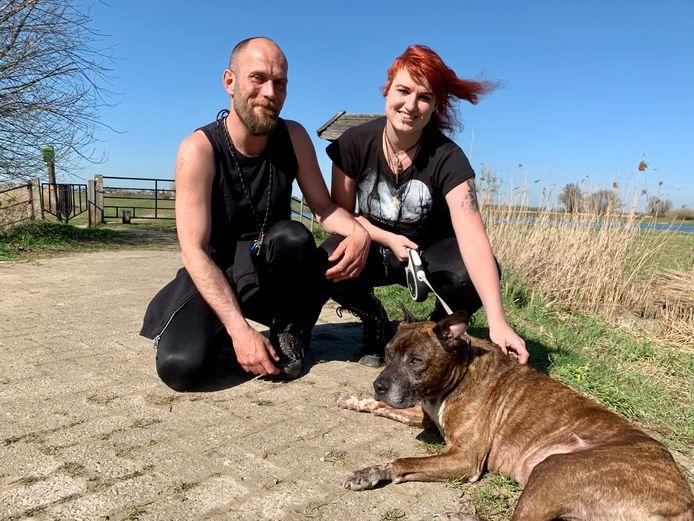 Bob Kooger (44) en Lisanne de Vries (32) samen met hun Jaap aan de wandel langs de rivier bij Werkendam.