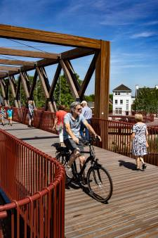 Drukte op nieuwe brug Oirschot over Wilhelminakanaal
