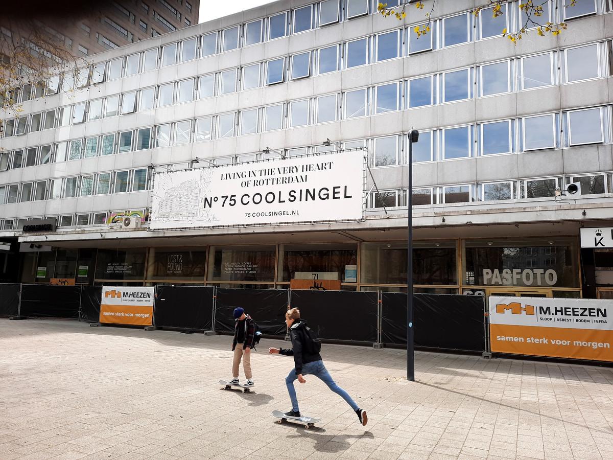 De aannemer staat klaar om het gebouw Coolsingel 75 onder handen te nemen, maar dat lijkt de eerstkomende jaren nog niet te gebeuren.