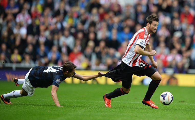 Ondrej Celustka (Sunderland) wordt gehinderd door Adnan Januzaj (Manchester United), 2013. Beeld