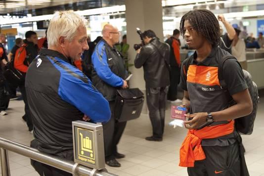 Bondscoach Bert van Marwijk praat met PSV-target Georginio Wijnaldum, vlak voor vertrek naar Zuid-Amerika vorige maand.