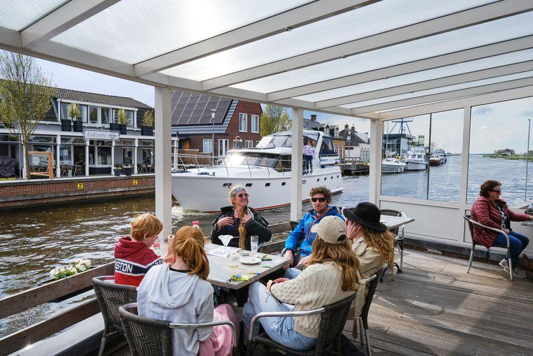 Het terras van Dikke tút in Delfstrahuizen. Beeld Sjaak Verboom