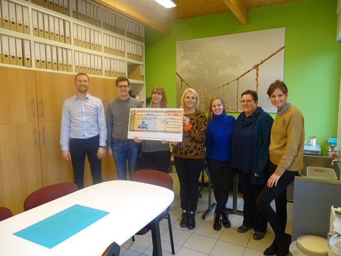 Leo Club Ninove bood een cheque van 1.000 euro aan om voor de kinderen nieuwe boeken aan te kopen.