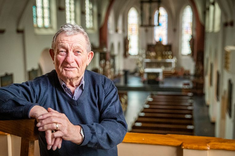 Antoon Graat, voorzitter van het Handels Gemengd Kerkkoor, in de kerk van Handel. Beeld Laurens Eggen