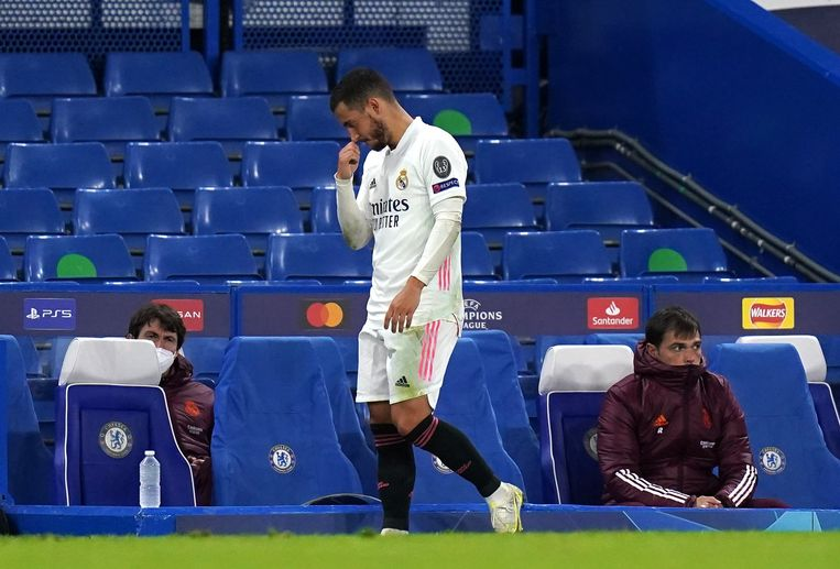 Real Madrid-speler Eden Hazard sloft over het veld na de uitschakeling tegen Chelsea, woensdagavond in de Champions League. Beeld Photo News