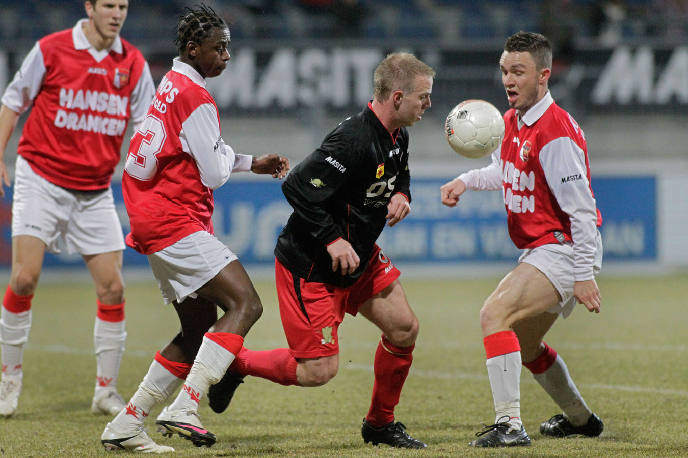 Faty Papy namens MVV in actie tegen Excelsior in 2009.