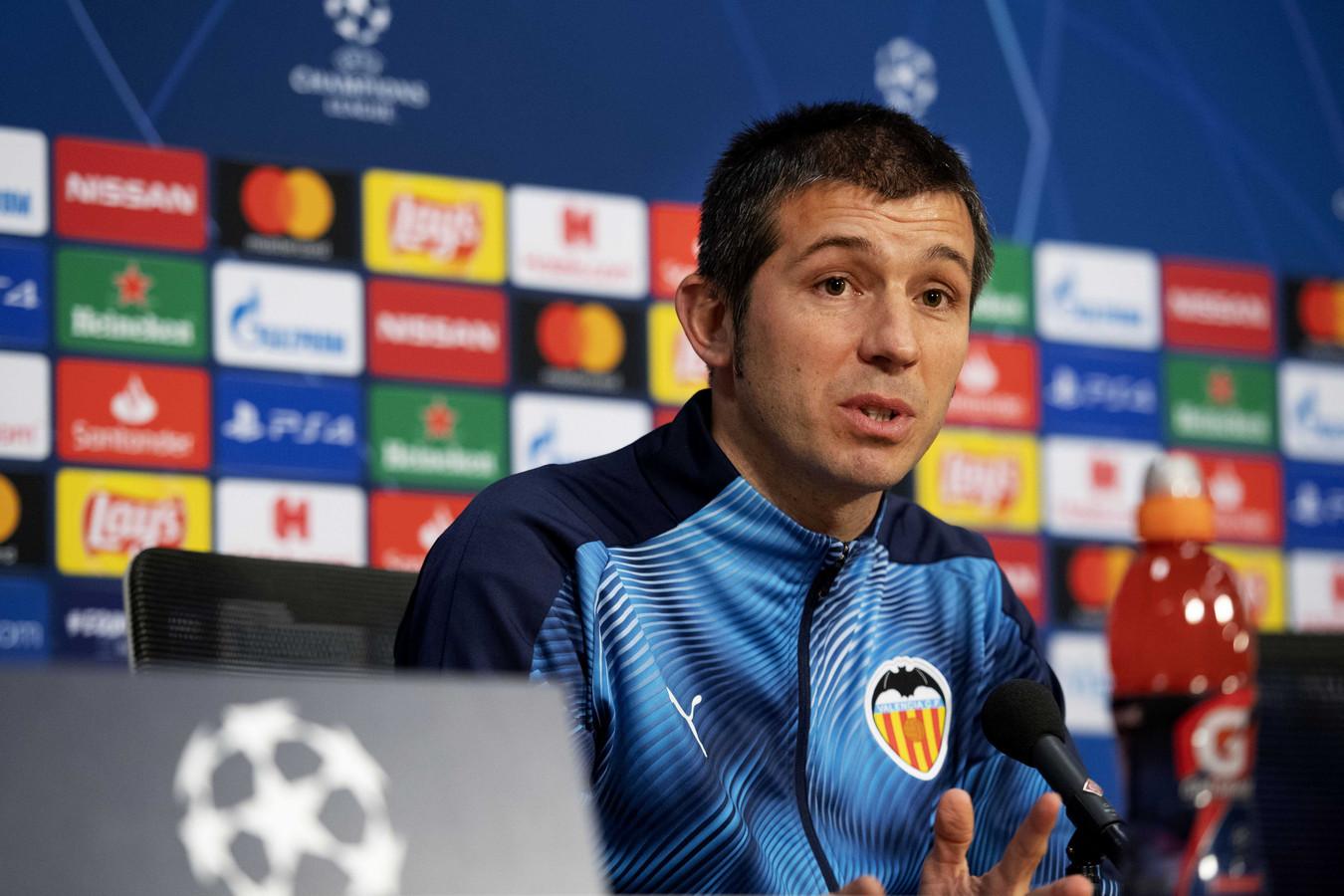 Albert Celades op de persconferentie in aanloop naar Ajax - Valencia.