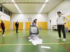 Alle kiezers kunnen ook met avondklok gewoon bij de tellingen zijn: 'Als je wordt aangehouden, kun je uitleggen dat je van het stembureau komt'