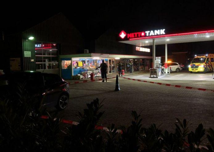 Hulpdiensten bij het tankstation op de avond van de overval.