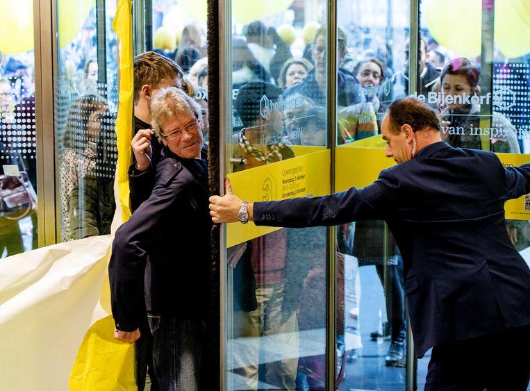 Koopjesjagers verdringen zich bij de ingang van de Bijenkorf tijdens de uitverkoop. Beeld ANP