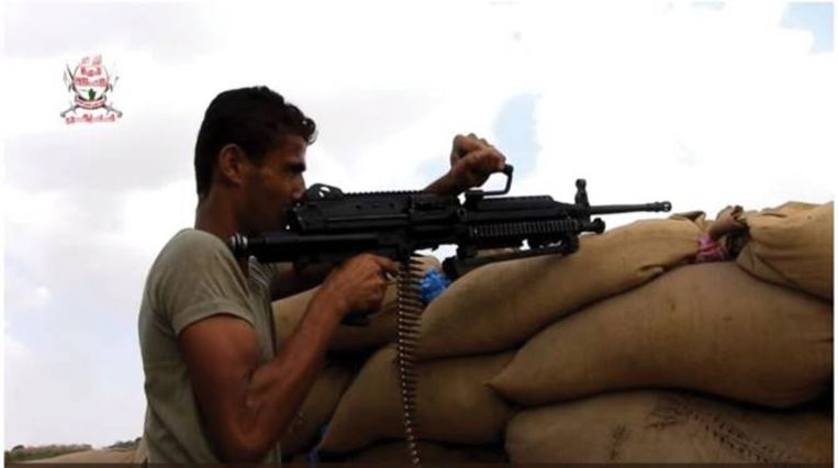 Een lid van de soennitische militie, bijgenaamd 'de Reuzen', met een Minimi van FN. Beeld Amnesty International